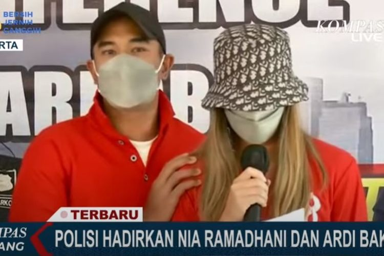 Nia Ramadhani dan Ardi Bakrie dalam jumpa pers di Polres Metro Jakarta Pusat, Sabtu (10/7/2021).