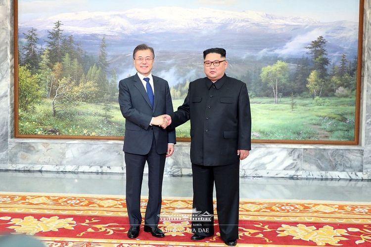 Pemimpin Korea Utara Kim Jong Un (kanan) berjabat tangan dengan Presiden Korea Selatan (Korsel) Moon Jae In di kawasan demiliterisasi Panmunjom pada Sabtu (26/5/2018).
