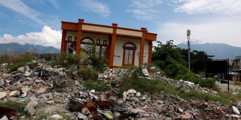 Salah satu rumah yang masih kokoh berdiri di lokasi likuifaksi