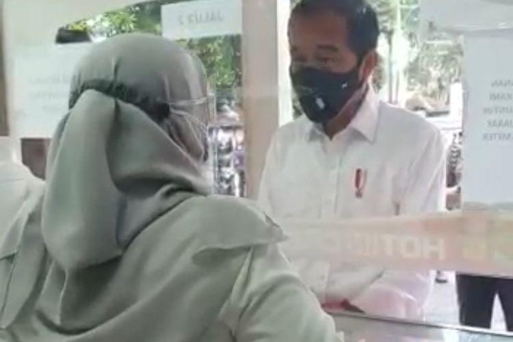 Presiden Jokowi saat mendatangi sebuah apotek di Kota Bogor, Jumat (23/7/2021).