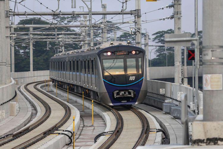 Rangkaian kereta Mass Rapid Transit (MRT) saat uji coba dari Stasiun Lebak Bulus ke Bundaran HI di Jakarta, Senin (18/2/2019). Kereta MRT atau Ratangga akan dibuka untuk komersil antara tanggal 24 - 31 Maret 2019.