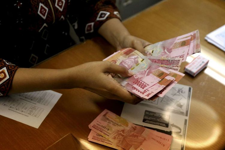 Petugas menghitung pecahan Rupiah di salah satu gerai penukaran mata uang di Kwitang, Jakarta, Jumat (29/6/2018). Nilai tukar rupiah terhadap dollar AS pada perdagangan Jumat (29/6/2018) siang berada pada level Rp 14.360.