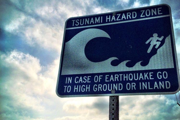 Peringatan tsunami.