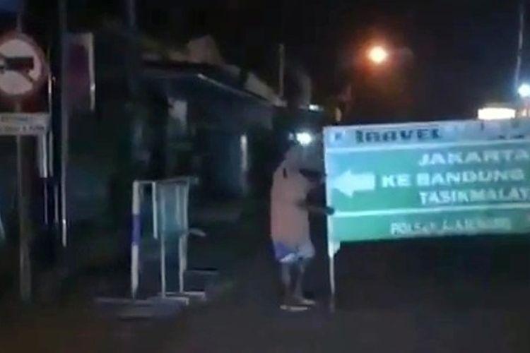 Tangkapan layar video aksi pembongkaran barikade penyekatan jalan di Kecamatan Majenang, Cilacap, Jawa Tengah yang beredar luas di media sosial, Rabu (14/7/2021).