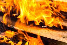 Kebakaran di Dekat Stasiun Taman Kota, Perjalanan KA Bandara dan KRL Sempat Terganggu