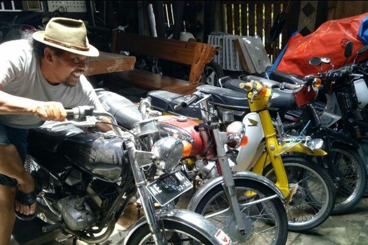 Totok Warsito, kolektor motor-motor tua yang memiliki galeri di Jalan Pondok Cabe, Pamulang, Tangerang Selatan.