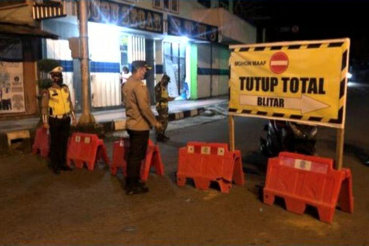 Polisi menutup ruas jalan di Kecamatan Lodoyo sebagai bagian dari pembatasan mobilitas masyarakat selama PPKM Darurat di Kabupaten Blitar, Sabtu malam (3/7/2021)