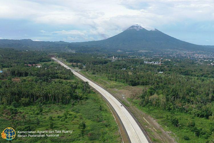 Pembangunan jalan tol ini dibagi menjadi dua tahap, yakni tahap 1 Manado-Airmadidi dan tahap 2 Airmadidi-Bitung.