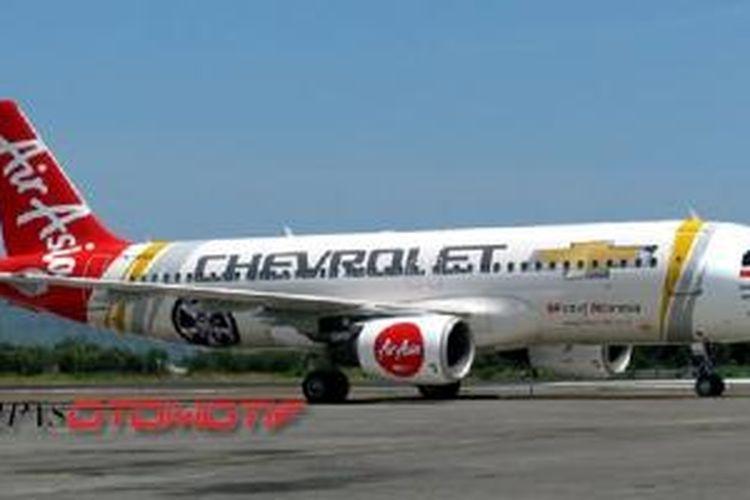 Tulisan dan logo Chevrolet pada pesawat Airbus A320-200 (PK-AXA) milik AirAsia