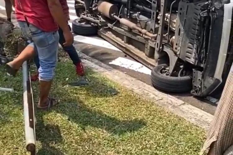 Mobil yang terlibat kecelakaan dan terguling di Jalan Raya Boulevard Bintaro, Pondok Aren, Tangerang Selatan, pada Minggu (26/9/2021) siang.