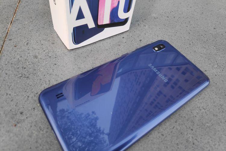 Tampilan belakang Galaxy A10 lebih dekat. Pada bagian ini, Pada bagian belakang, Galaxy A10 hanya dibekali satu kamera dengan resolusi 13 megapiksel (f/1.9) dan dilengkapi dengan satu buah LED flash yang disusun dalam satu bidang vertikal.   Berbeda dengan A20, Galaxy A10 tidak memiliki sensor sidik jari di bagian belakangnya. Uniknya, lubang speaker Galaxy A10 terletak di bagian belakang, bukan di bagian bawah seperti ponsel kebanyakan.