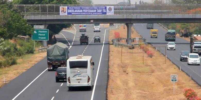 Ilustrasi jalan tol: Jasa Marga Tol Palimanan - Kanci, Cirebon, Jawa Barat, memasang informasi ketentuan penyesuaian tarif, di pintu gerbang Plumbon, Kecamatan Plumbon, Minggu (1/11/2015). Penyesuaian tarif sesuai keputusan KemenPUPR nomor 507,KPTS,M,2015, membuat tarif semula Rp.10.000 menjadi Rp.11.000 untuk sepanjang 28 Kilometer.