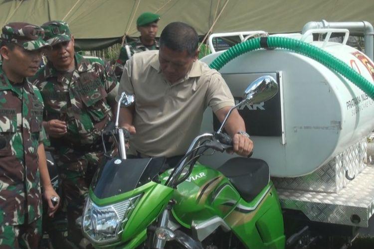 Pangdam 2 Sriwijaya Mayjen TNI AM Putranto memeriksa kendaraan pemadam kebakaran mini yang digunakan untuk memadamkan kebakaran lahan di Ogan Ilir, Sumatera Selatan, Minggu (30/7/2017).