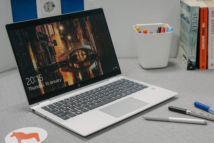 Layar HP EliteBook X360 1040 G5 berukuran 14 inci, dikelilingi bingkai berwarna hitam mengilap.