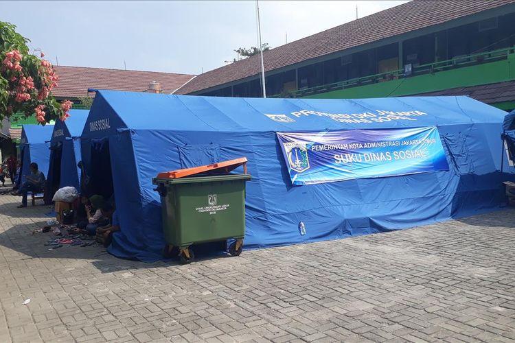 Posko pengungsian Korban Kebakaran 30 rumah di Jalan Cipinang Jaya I, Jatinegara, Jakarta Timur yang terletak di Halaman SDN Cipinang Besar Selatan 03/04, Minggu (7/7/2019).