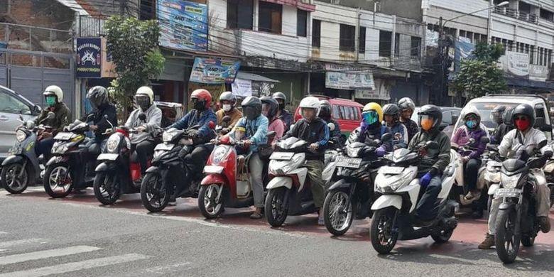 Masih ada anggota masyarakat di Kota Bandung yang tidak mengenakan masker, seperti terlihat di salah-satu sudut Jalan Ibrahim Adjie, Selasa (14/07).