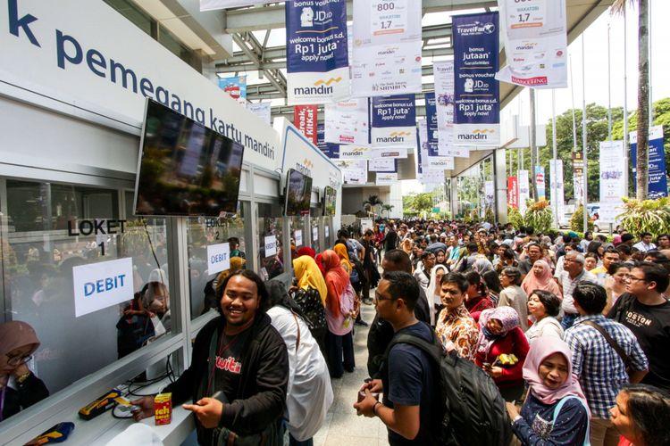 Suasana pengunjung pameran wisata Garuda Indonesia Travel Fair (GATF) 2018 di Jakarta Convention Center, Jumat (6/4/2018). Acara ini menawarkan tiket murah berbagai destinasi baik dalam maupun luar negeri.