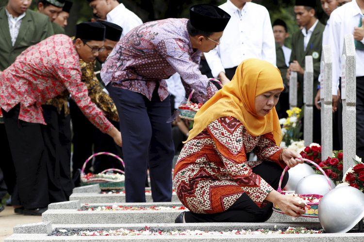 Menteri Sosial Republik Indonesia, Khofifah Indar Parawansa melakukan doa bersama dengan siswa STKQ Al Hikam Depok di Taman Makam Pahlawan Kalibata, Jakarta Selatan, Senin (2/10/2017). Kegiatan ini untuk memeringati Hari Kesaktian Pancasila. KOMPAS IMAGES/KRISTIANTO PURNOMO