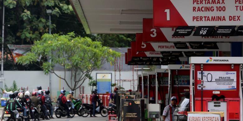 Sejumlah pengendara mengisi bahan bakar di SPBU Kuningan, Jakarta Selatan, Senin (9/1/2017).