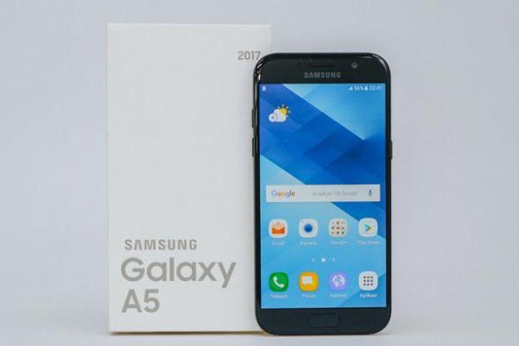 Samsung Galaxy A5 (2017) dan kotak kemasannya.