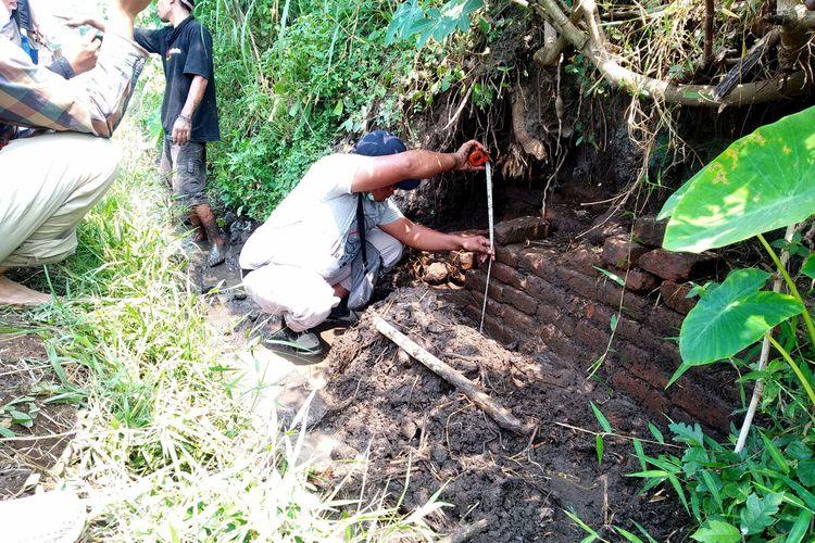 Seorang petugas Balai Pelestarian Cagar Budaya (BPCB Jawa Timur melakukan pengecekan temuan struktur bata di area persawahan di Kelurahan Karangtengah, Kecamatan Sananwetan, Kota Blitar, Rabu (5/5/2021)