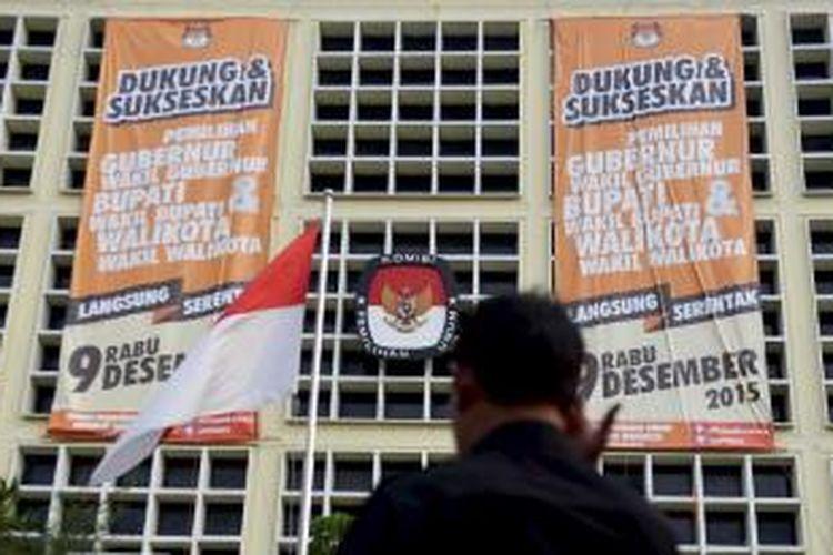 Spanduk minta dukungan dan ajakan menyukseskan Pilkada serentak pada 9 Desember mendatang terpasang di Kantor KPU, Jakarta. Pilkada serentak tahun ini akan diikuti 269 daerah, baik tingkat provinsi maupun kabupaten/kota.