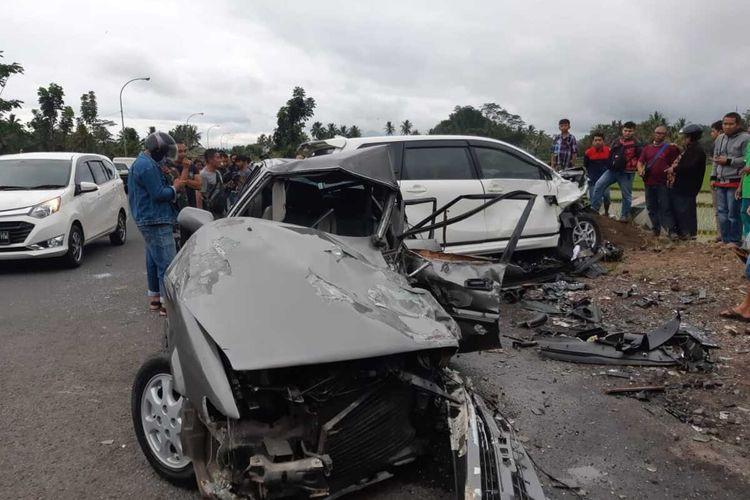 Foto-foto kecelakaan tabrakan sedan vs minibus sampai terguling menyebabkan 6 korban luka yang bergeletakan di Jalan Mangin, Mangkubumi, Kota Tasikmalaya, Selasa (15/12/2020).