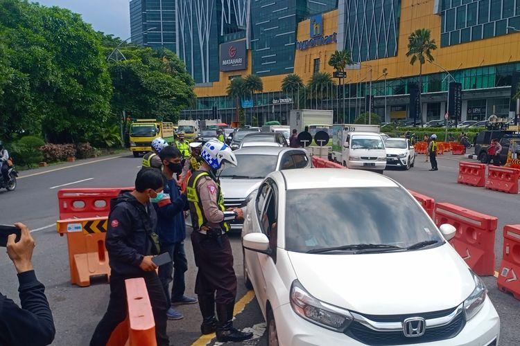 Sejumlah polisi saat melakukan pemeriksaan di check point Bundaran Waru Jalan Ahmad Yani, Surabaya, Kamis (29/4/2021)