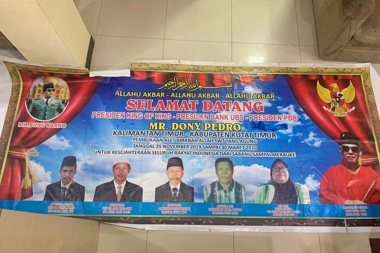 Foto Abdullah (kemeja kotak) tertera di Baliho King of The King yang tersebar lima titik di Sangatta, Kutai Timur, Kalimantan Timur, Rabu (29/1/2020).