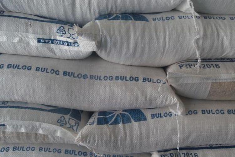 Beras Bulog disimpan di Gudang Penyimpanan Bulog, Cirebon, Jawa Barat.