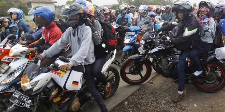Antrean pengendara motor di ruas Jalan Kalimalang, Bekasi, Jawa Barat, Selasa (14/7/2015). Arus pemudik bersepeda motor diperkirakan akan melonjak mulai malam ini hingga satu hari sebelum Lebaran Idul Fitri 1436 H.