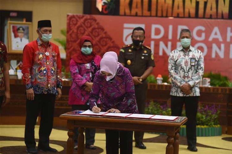 Direktur Utama PT Pertamina Nicke Widyawati menandatangani MoU pemberdayaan aset jalan sepanjang 60 kilometer di Kalimantan Tengah. (DOK.Pertamina)