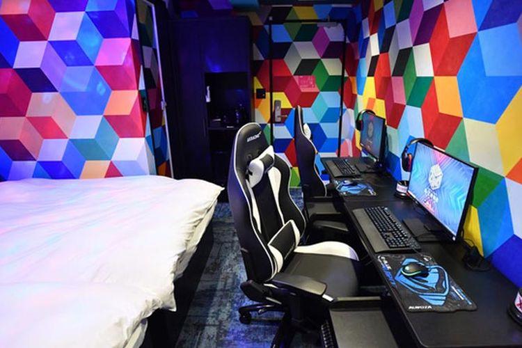 Hotel ini terdiri dari sembilan lantai dengan 71 PC gaming berspesifikasi tinggi.