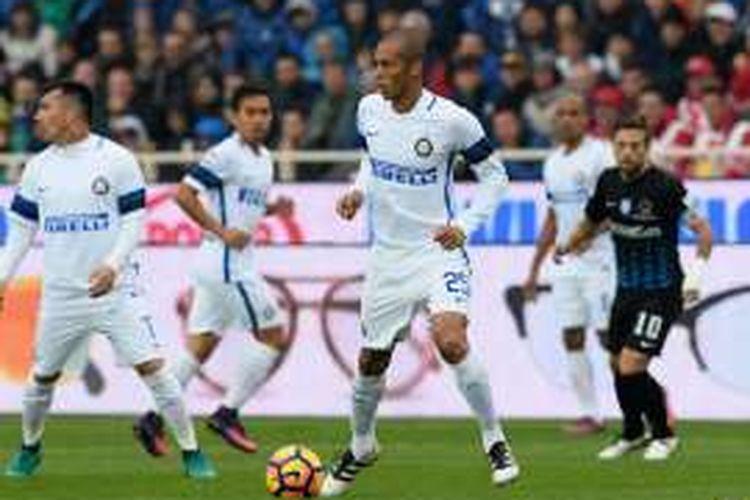 Miranda mengawal lini pertahanan Inter Milan pada pertandingan kontra Atalanta, Minggu (23/10/2016).