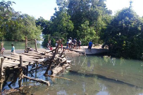Jembatan Darurat Ambruk, Warga Pikul Motor Pakai Kayu