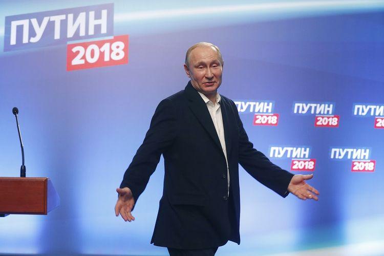 President Vladimir Putin usai menggelar jumpa pers di markas kampanyenya di Moskwa, pada 18 Maret 2018.