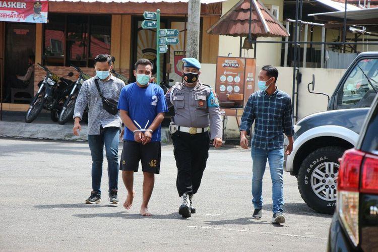 DAS (Kaos Biru) Pemuda yang mengaku Kasat Reskrim Polres Bantul diamankan Polisi di Mapolres Bantul Kamis (25/3/2021)