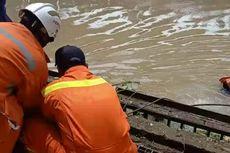 Jenazah Laki-laki Tanpa Identitas Ditemukan Tersangkut Pintu Air Saluran Kalimalang
