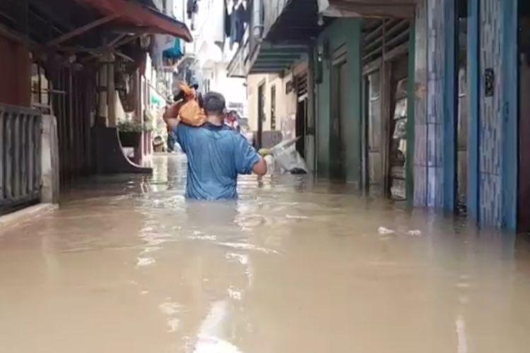 Banjir satu meter rendan wilayah Kebon Pala, RW 05, Kelurahan Kampung Melayu, Jatinegara, Jakarta Timur, Minggu (1/3/2020).