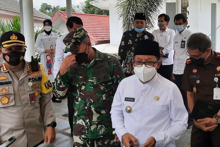 Wali Kota Malang Sutiaji (pakaian putih) saat di Balai Kota Malang, Rabu (20/1/2021).