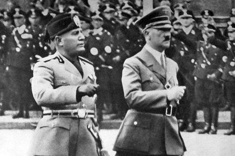 Benito Mussolini dan Adolf Hitler di Berlin 1937.
