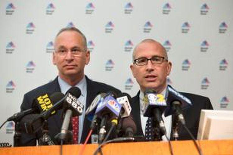 Kepala Bagian Medis Sistem Kesehatan Mount Sinai, Jeremy Boal (kanan) bersama Presiden RS Mount Sinai David Reich menjelaskan soal penanganan yang dilakukan rumah sakit itu terhadap seorang pria yang menunjukkan gejala mirip yang ditimbulkan virus ebola.