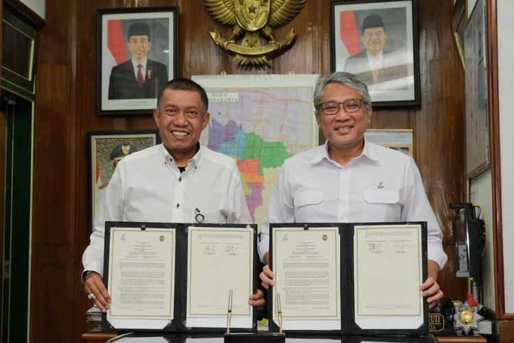 Walikota Yogyakarta Haryadi Suyuti dan Direktur Utama PGN Gigih Prakoso saat menandatangani menandatangani nota kesepahaman penyediaan infrastruktur dan pemanfaatan gas bumi untuk mendukung program Smart City Yogyakarta, Senin (2/9/2019).