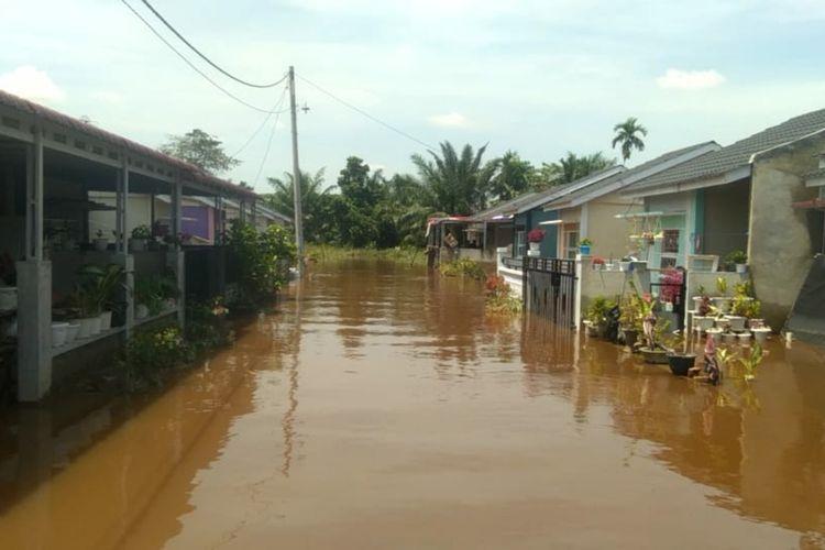 Suana perumahan warga tampak sepi setelah mengungsi akibat dilanda banjir di Kelurahan Tangkerang Labuai, Kecamatan Bukit Raya, Kota Pekanbaru, Riau, Selasa (30/3/2021).
