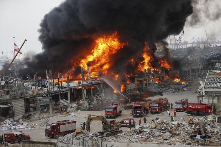 Api mengepul dari pelabuhan di Beirut, Lebanon, pada 10 September 2020. Kepanikan terjadi akibat insiden kebakaran itu, yang mengingatkan publik akan dua ledakan yang mengguncang pada Agustus lalu, dan menewaskan ratusan orang.