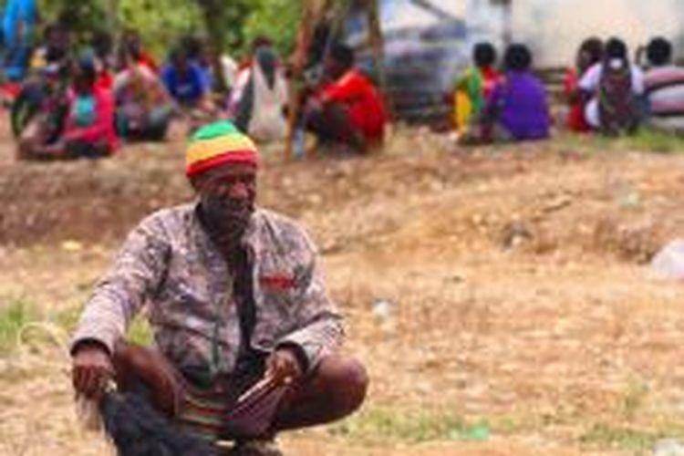 Salah seorang kepala perang kelompok Pinus Murib, Helmi Murib sedang meratap saat jenasah Puniel Mom dibakar, Jumat (7/6/2014)