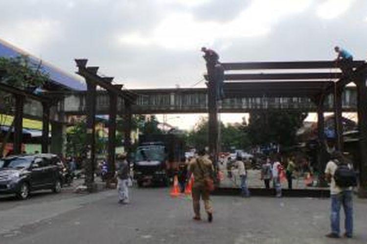 Tiang-tiang besi yang telah usang di depan Pasar Blok G Tanah Abang, Jakarta Pusat, dibongkar atas perintah Gubernur DKI Jakarta Joko Widodo, Selasa (13/8/2013).