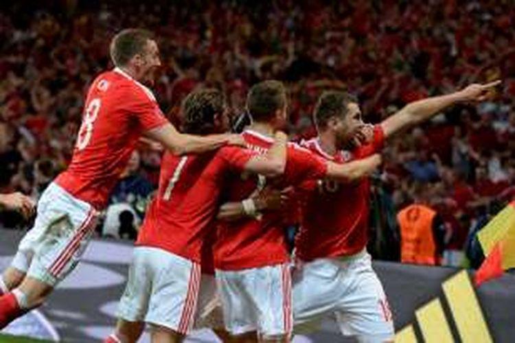 Para pemain Wales merayakan gol Sam Vokes ke gawang Belgia pada perempat final Piala Eropa di Stade Pierre-Mauroy, Jumat (1/7/2016).