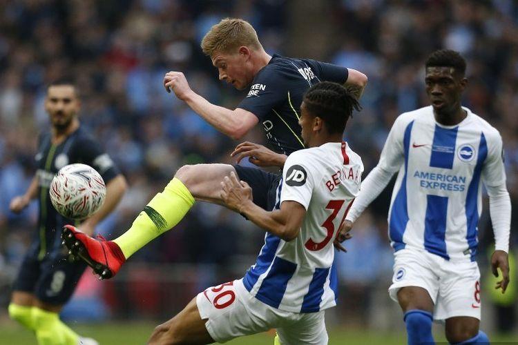 Bernardo mengawal Kevin De Bruyne pada pertandingan Manchester City vs Brighton & Hove Albion dalam babak semifinal Piala FA di Stadion Wembley, 6 April 2019.