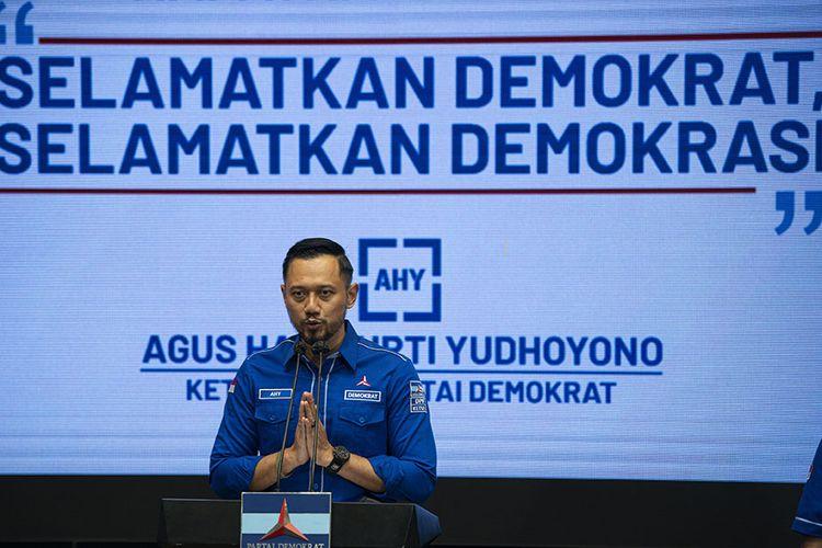 Ketua Umum Partai Demokrat Agus Harimurti Yudhoyono alias AHY menyampaikan keterangan kepada wartawan terkait Kongres Luar Biasa (KLB) Partai Demokrat yang dinilai ilegal di Jakarta, Jumat (5/3/2021). AHY mengecam KLB yang berlangsung di Deli Serdang, Sumatera Utara itu karena inkonstitusional serta meminta Kementerian Hukum dan Ham (Kemenkumham) untuk tidak mengesahkan hasil KLB yang telah memutuskan Kepala Staf Kepresidenan (KSP) Moeldoko sebagai Ketua Umum Partai Demokrat.